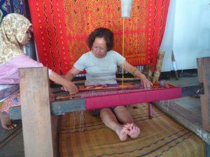 belajar bikin kain tenun di Desa Sukarara