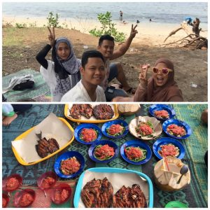 makan siang di pinggir Pantai Nipah