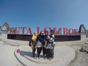 backpacker pantai kuta mandalika